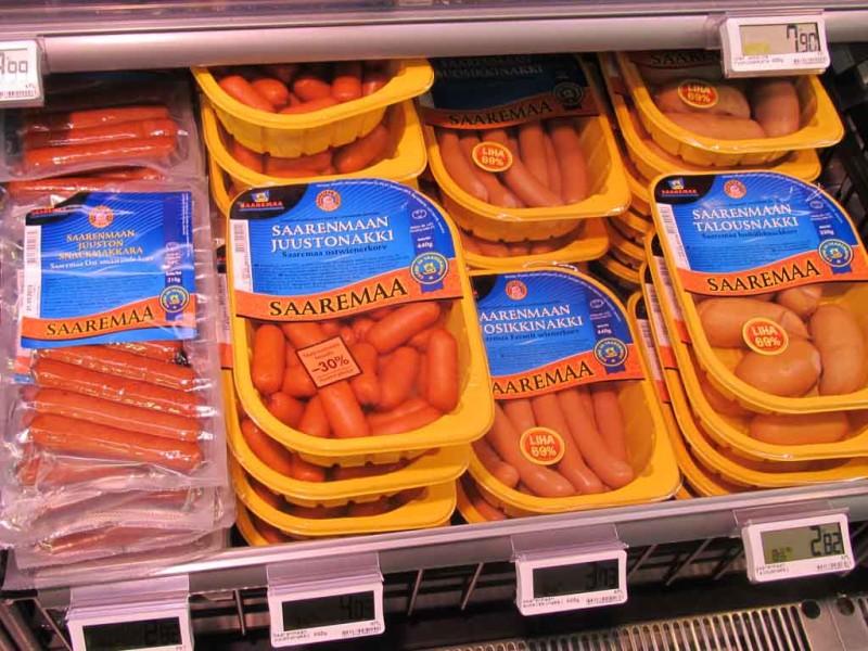 """Saaremaa Lihatööstuse vorstid. Erandina pildistatud Espoo K-supermarketis """"Seilori""""."""