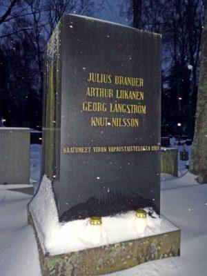 Viron vsnakarihaudan muistomerkki Hietaniemessä
