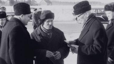 Presidentti Urho Kekkonen ja viljelijä Johannes Joosing Adaveressa 1964