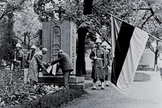 Kunniakäynti Vironkävijäin muistomerkillä 15.5.1990