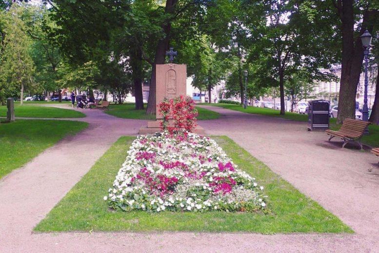 Vironkävijäin sankarihauta Helsingin Vanhassa kirkkopuistossa
