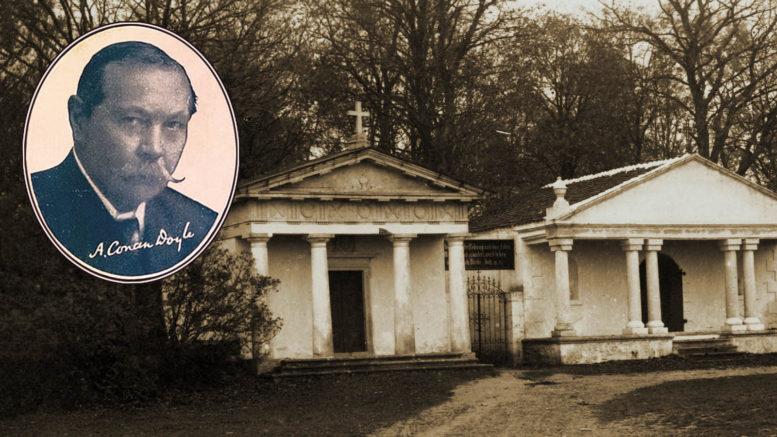 Arthur Conan Doyle ja Buxhoevdenin kappelit Kudjapen hautausmaan portilla