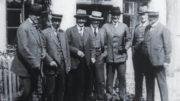 Suomen rauhanvaltuuskunnan jäseniä Peterburg-hotellin ovella Tartossa 1920