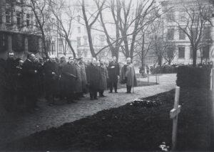 Riigivanem Konstantin Päts Vironkävijäin sankarihaudalla 15.5.1922