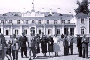 Kotkalaiset Kadriorgin palatsin edustalla