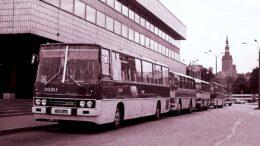 Turistibussit hotelli Virun edustalla 12.7.1977